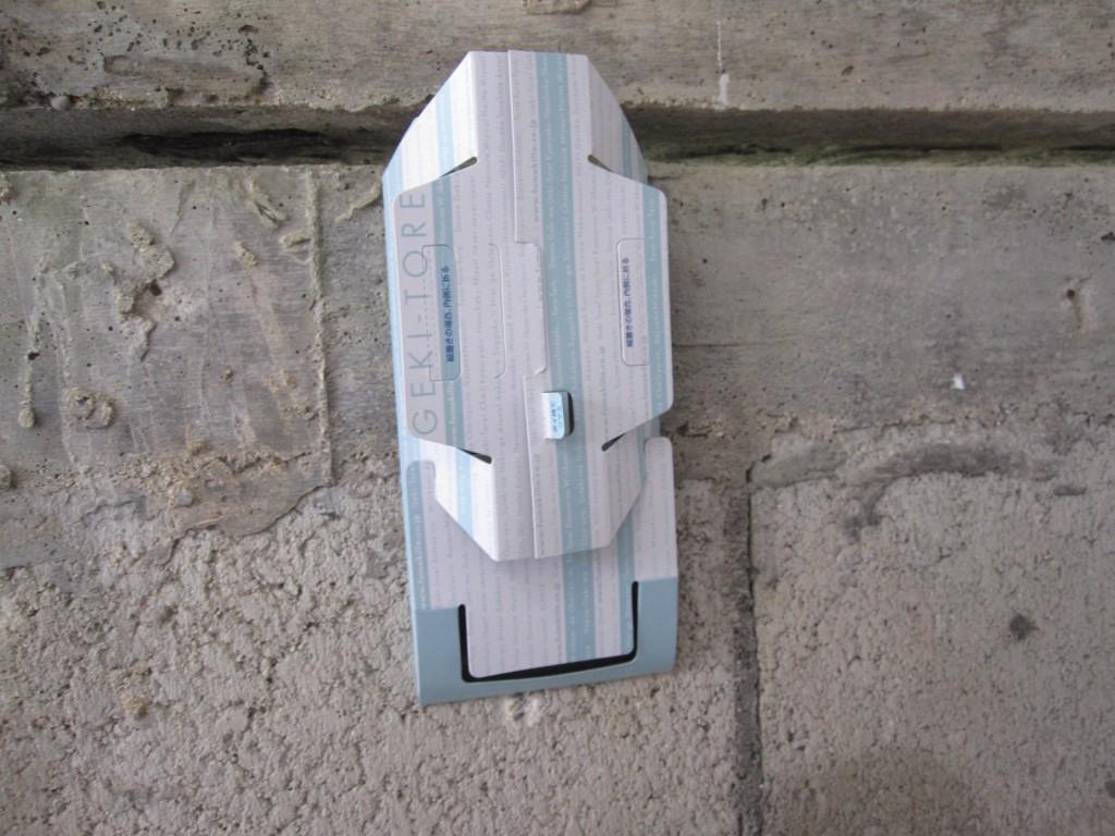 壁に垂直に貼り付けて設置