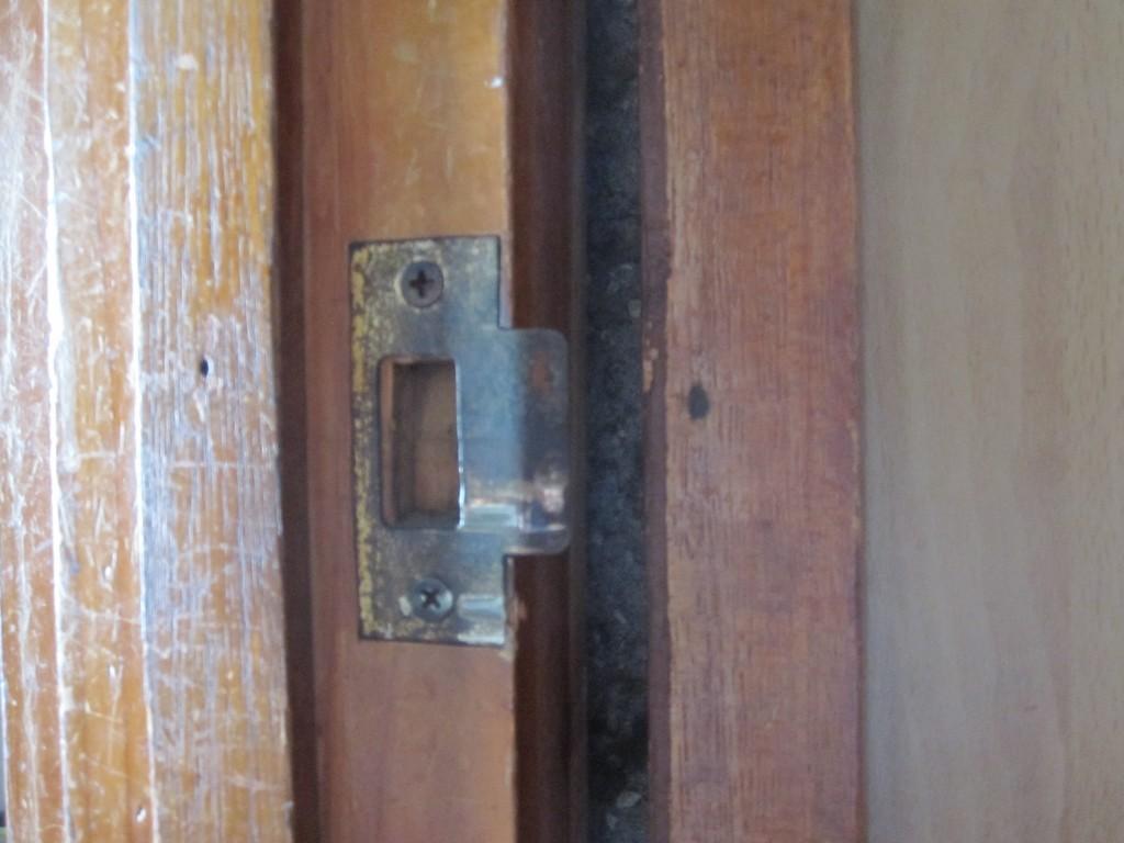 ドアの建て付けにできた隙間