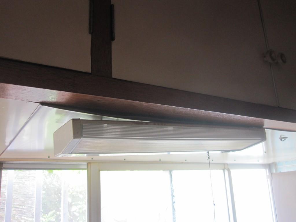 台所の照明が重みで歪む
