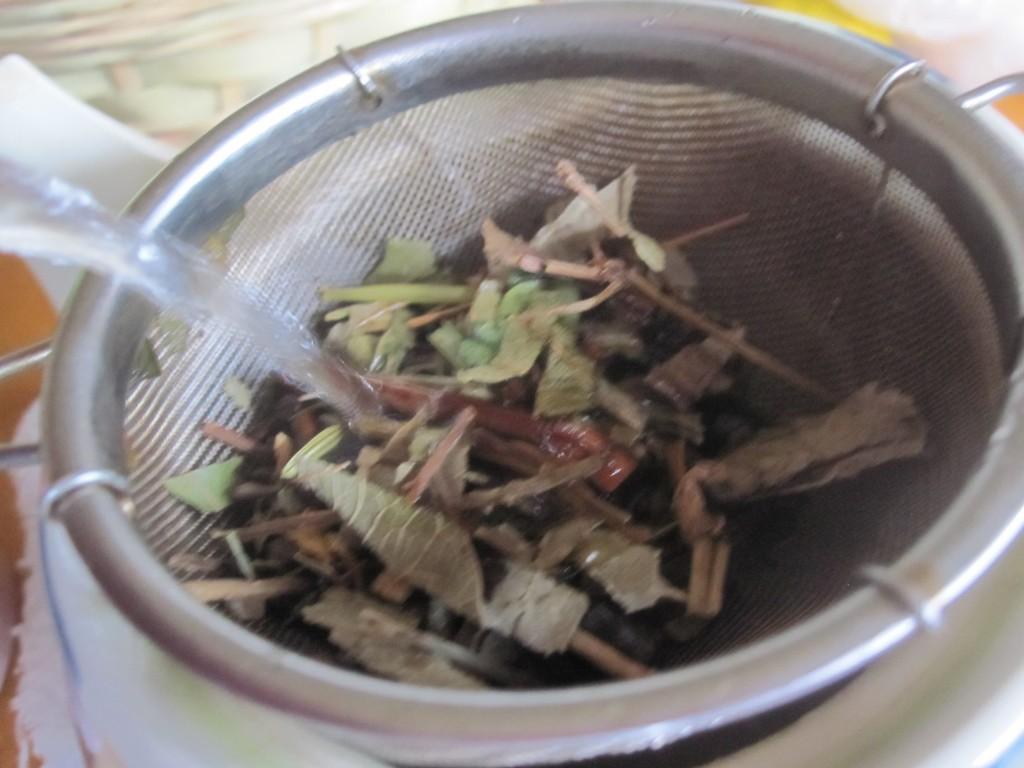 濾し取り網にお茶っ葉を入れる