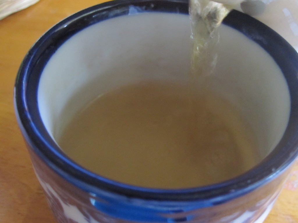 茶碗にハーブティー・薬草茶を注ぐ様子