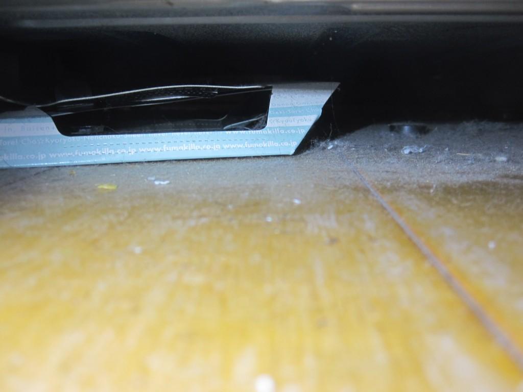 テレビ台の下に設置したゴキブリホイホイ