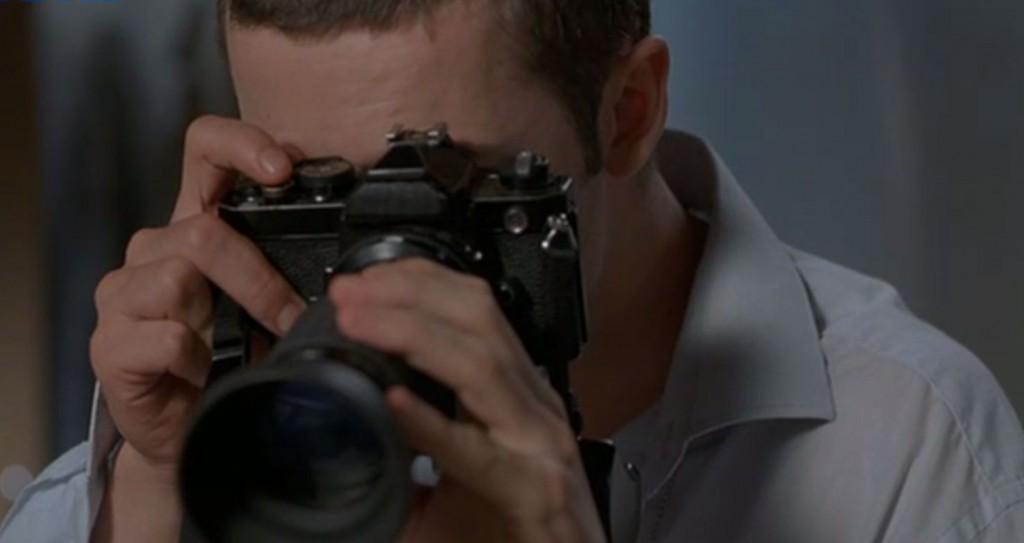 カメラのシャッターを押す主人公