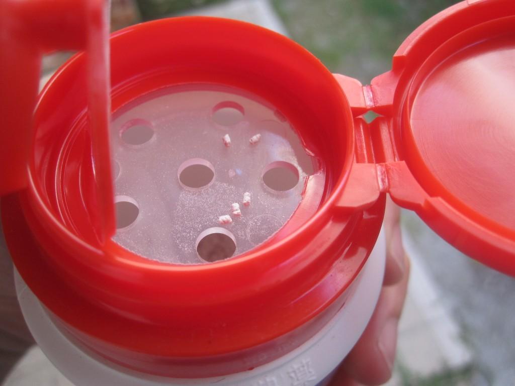 粒剤を適量に排出する穴