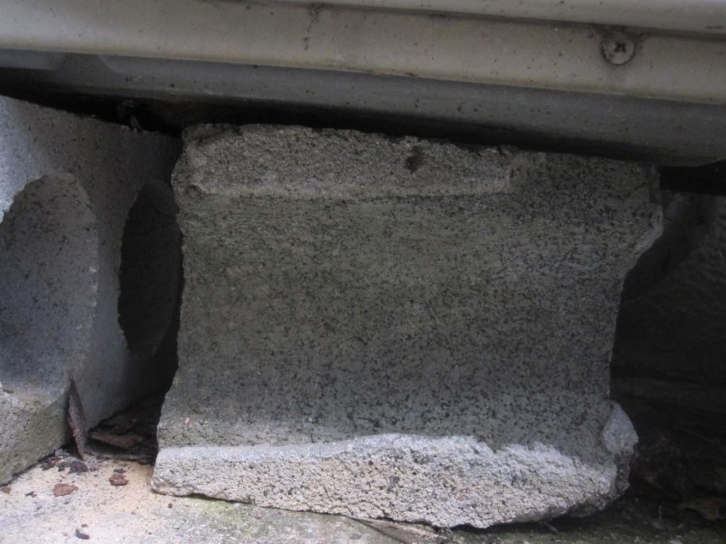 底面にコンクリートブロックを敷く様子