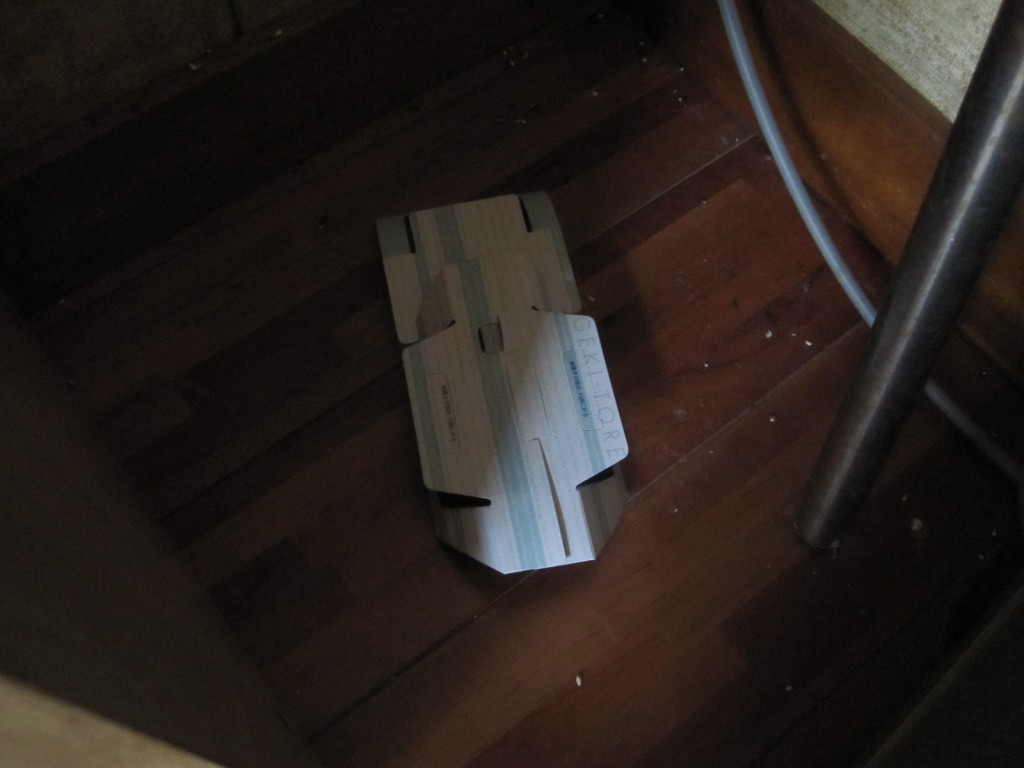部屋の隅に設置したゴキブリ激取れ