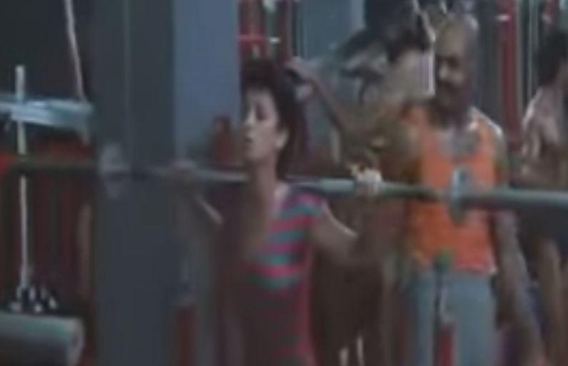 スポーツジムで筋力トレーニングに熱中し汗を流す人々