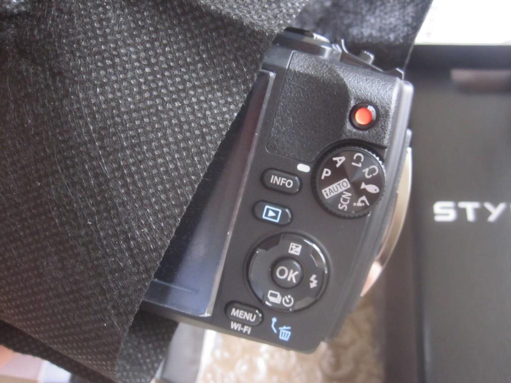 包装からカメラ本体を取り出す様子