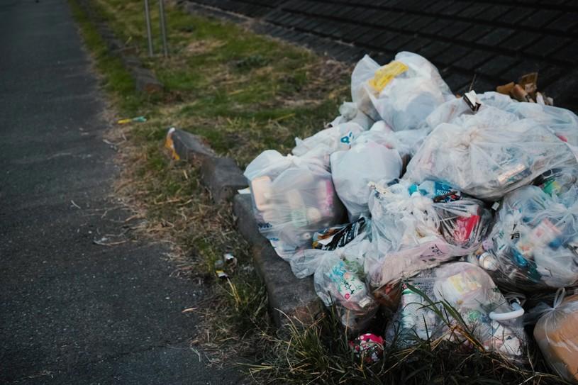 大量のゴミ袋が散乱したゴミ置き場