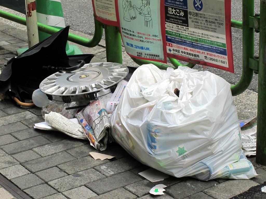 ゴミ置き場に放置されたゴミ袋