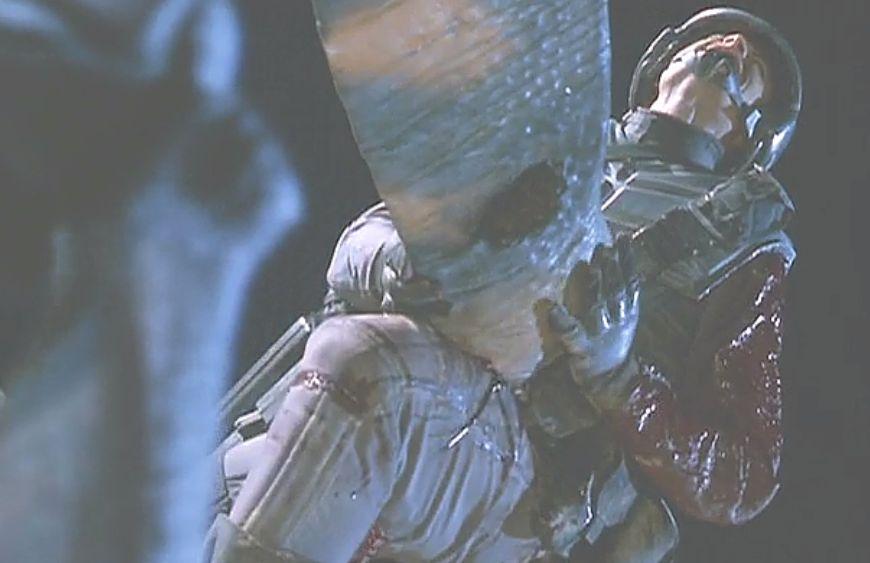 巨大な刃物?で串刺しにされ苦悶の叫びを上げる兵士
