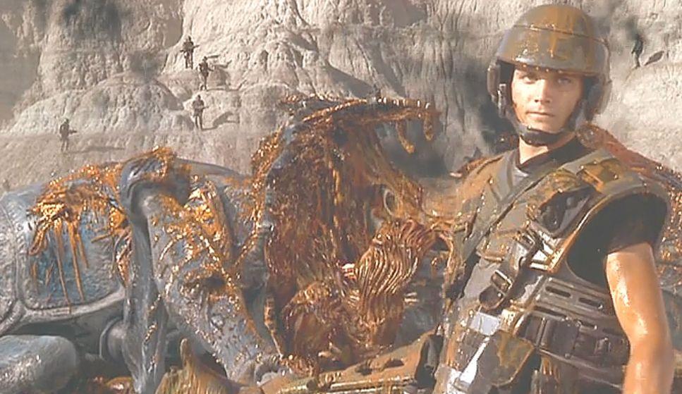 倒れたプラズマ・バグをバックに誇らしげな兵士が印象的なシーン