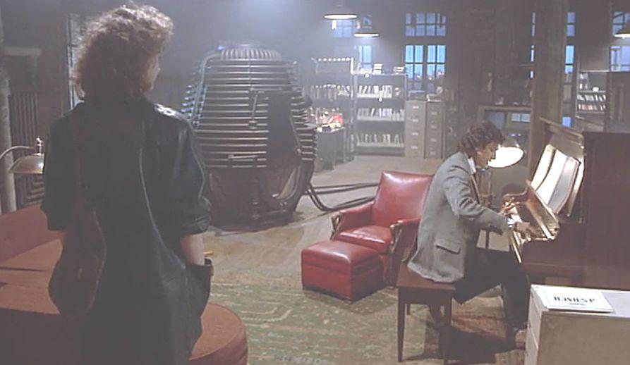 研究室のピアノを弾くシーン