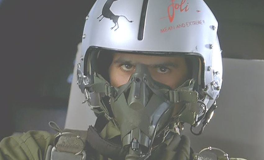 戦闘機を操縦パトロールする飛行士の目前に空間がねじれる現象