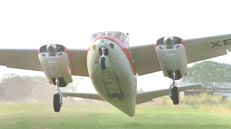 調査隊を載せた飛行機が島へ向けて出発!