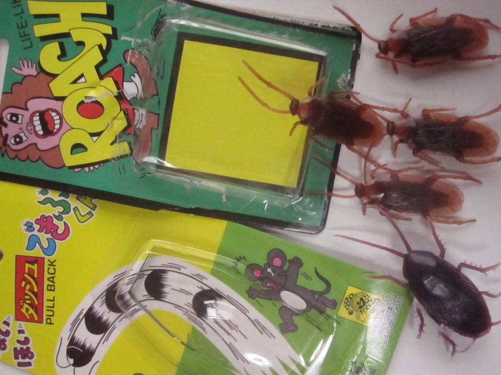 以前購入したイタズラ・パーティーグッズのゴキブリ人形も添える