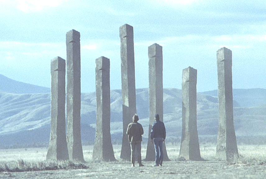 広大な砂漠に見上げるほど巨大な蟻塚がそびえ立つ