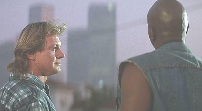 現場で得た友と貧しい環境から林立するビルを眺めるシーン