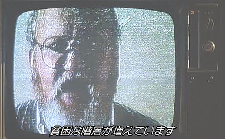テレビ視聴中に電波ジャックが行われ奇妙な男が登場する