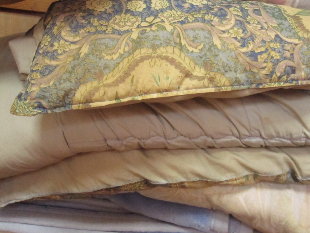 中の布団・毛布・枕などを取り出す