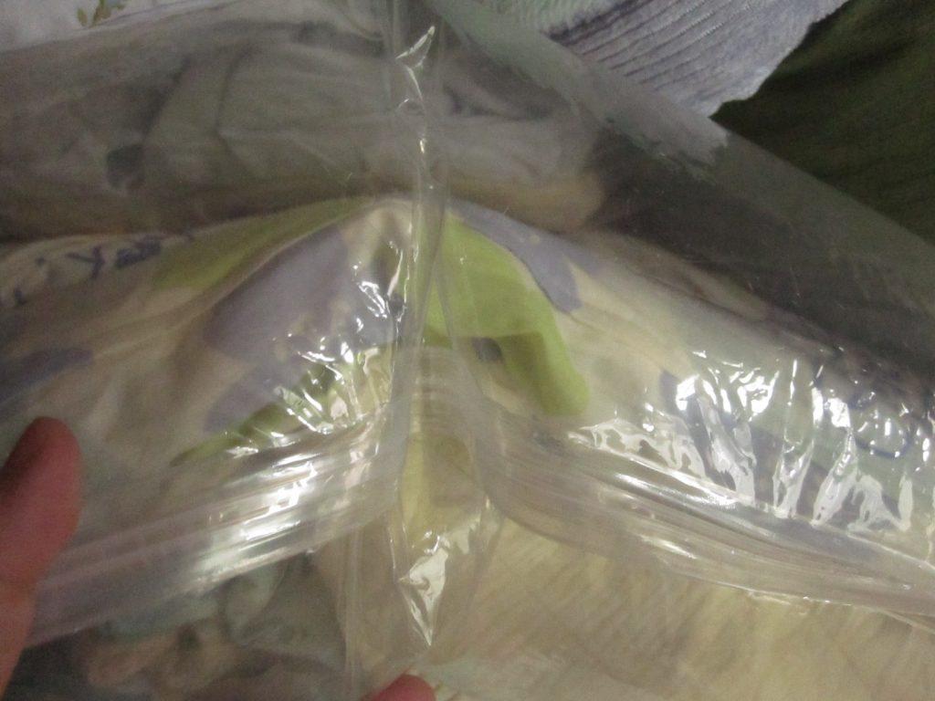 空気を抜いた袋の中に数ヶ月で空気が戻った状態