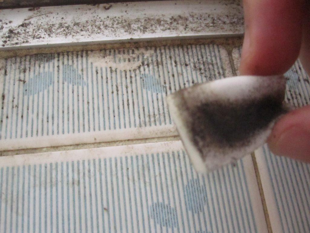 キッチンの壁タイルが黒く汚れている場所をポイポイで磨き落とす