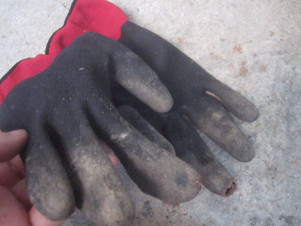 ガーデニング・草刈り作業で指先がボロボロに破れ穴が空いた手袋
