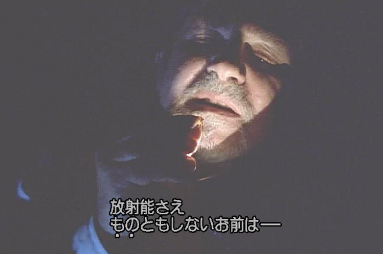 ライトの明かりで浮かび上がる男性がゴキブリに話しかけているシーンなのか?