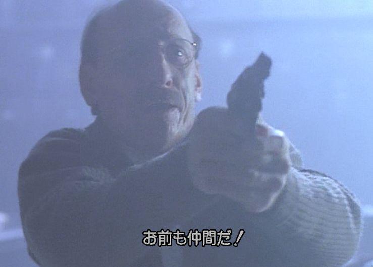 ゴキブリの存在に怯えきって銃を構える男性になにが起きたのか!