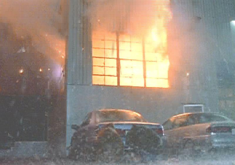 ドッカーン!と爆発して真っ赤な炎を上げて燃える工場