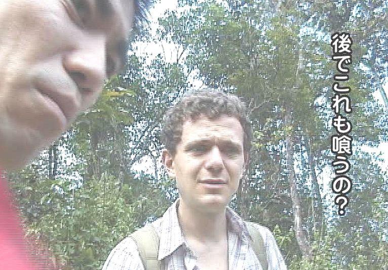 山中で捕獲した虫を手当たり次第に食べる日本人に唖然とする外国人の表情