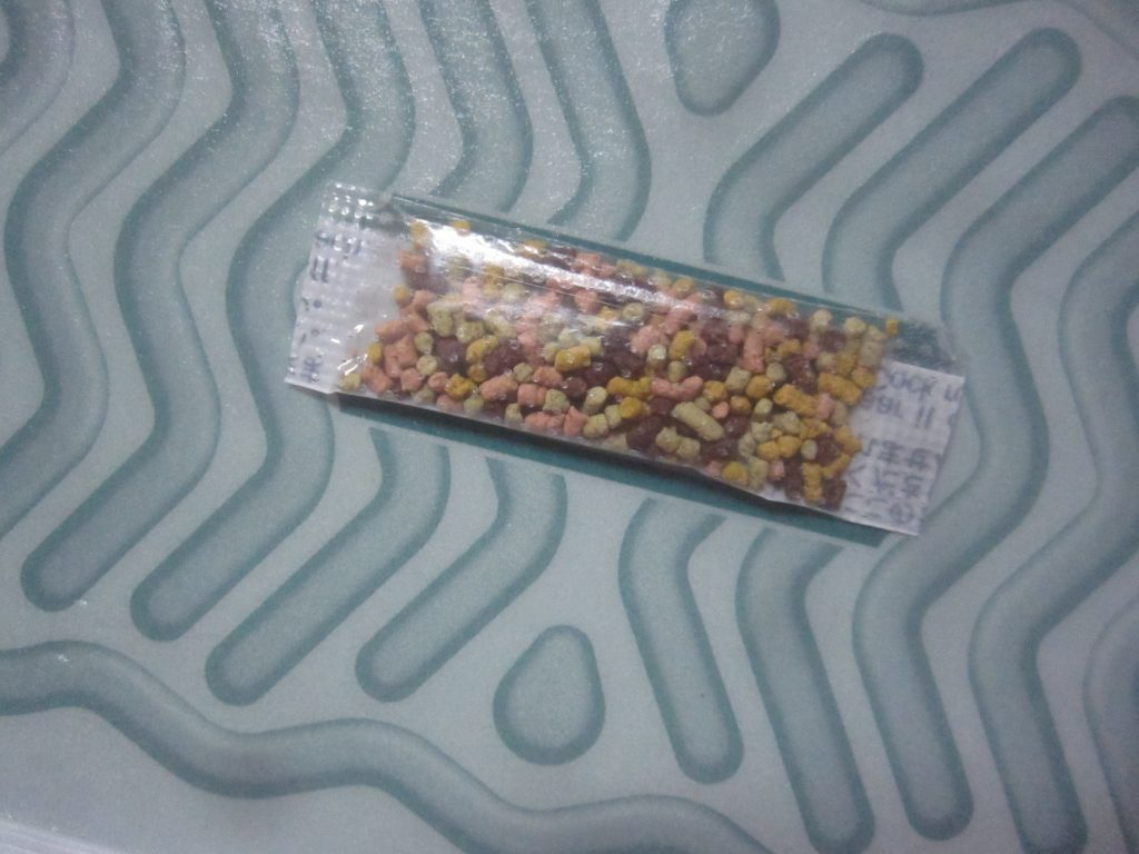 箱に同封されてる魚粉や穀物などを使用した安全なゴキブリ誘引剤・餌