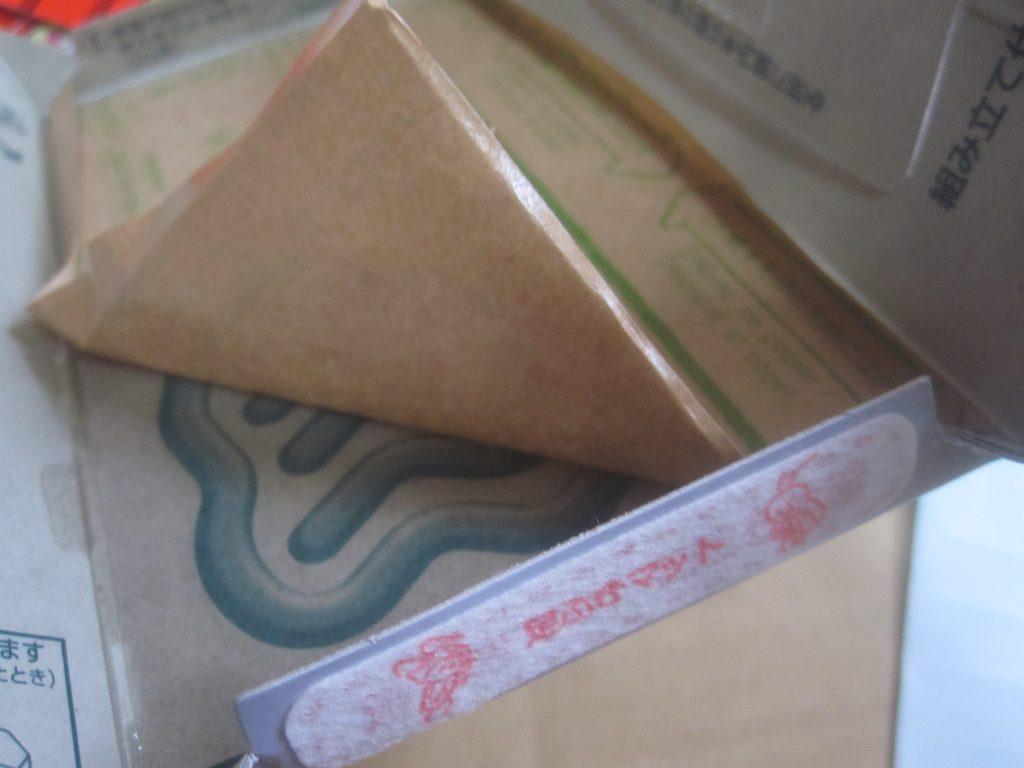 ゴキちゃんの足を掃除する足ふきマットを貼り、粘着シートのハクリ紙を剥がす