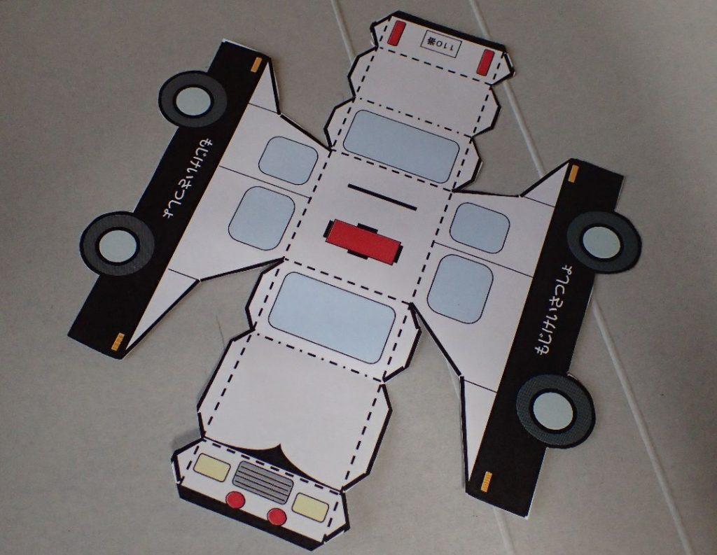 パトカーのペーパークラフトを組み立てる様子