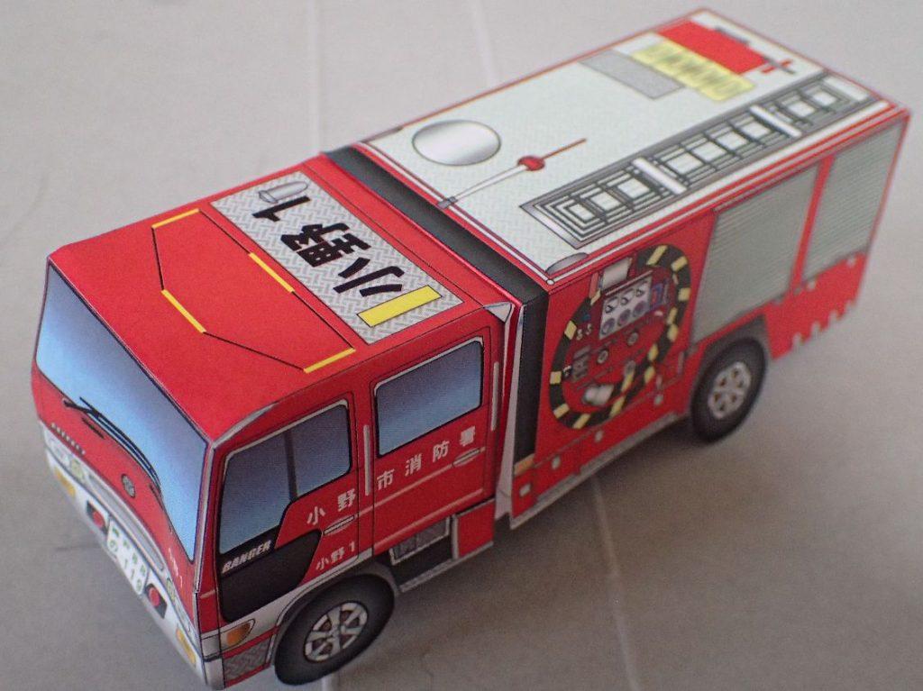 完成した消防車のペーパークラフト