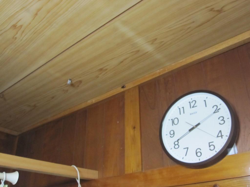 部屋の壁掛け時計の側に黒物体