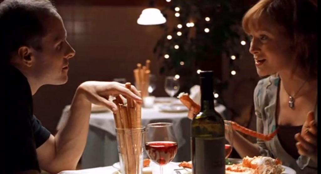 楽しげな様子で食事を楽しむ男女