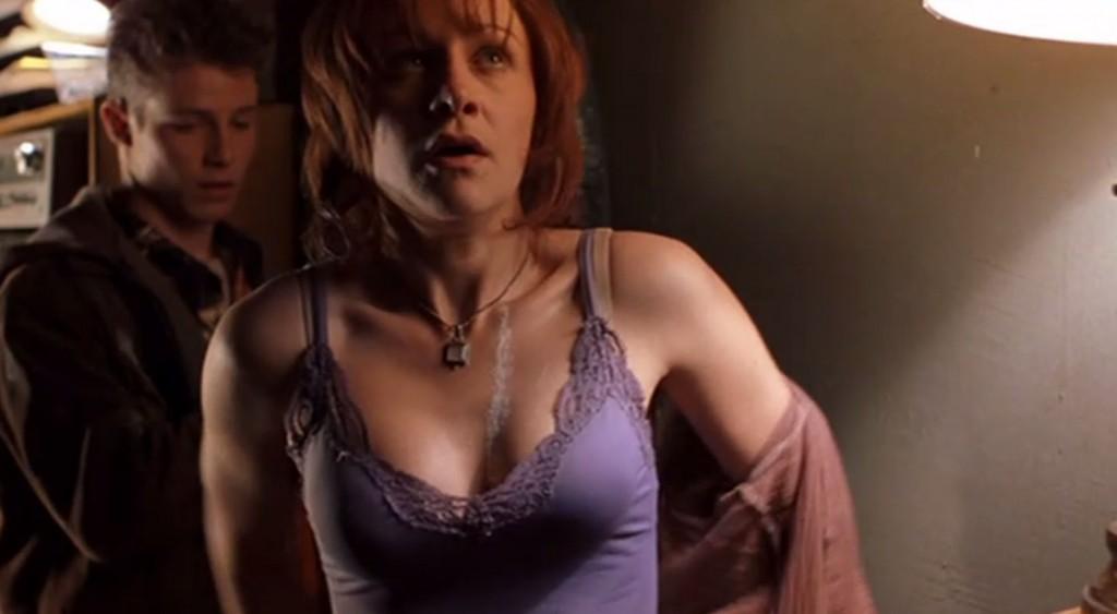 服を脱ぎ捨てる主人公の女性