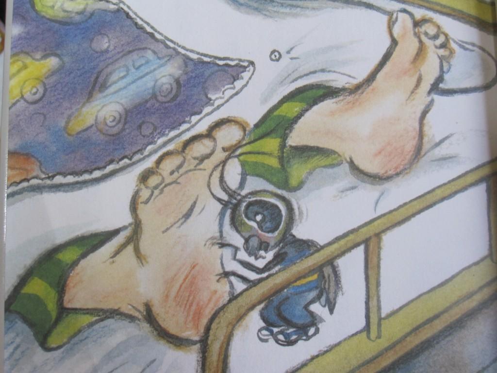 人間の少年の足をくすぐるゴキブリ