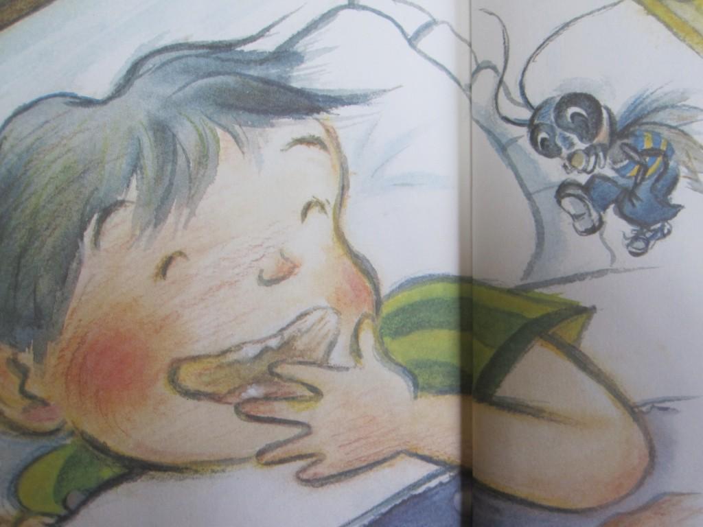 昆虫ゴキブリと談笑する少年