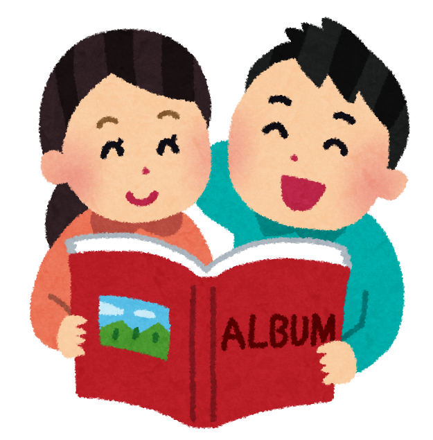 ラブラブ状態のカップルがフォトアルバムで談笑する様子
