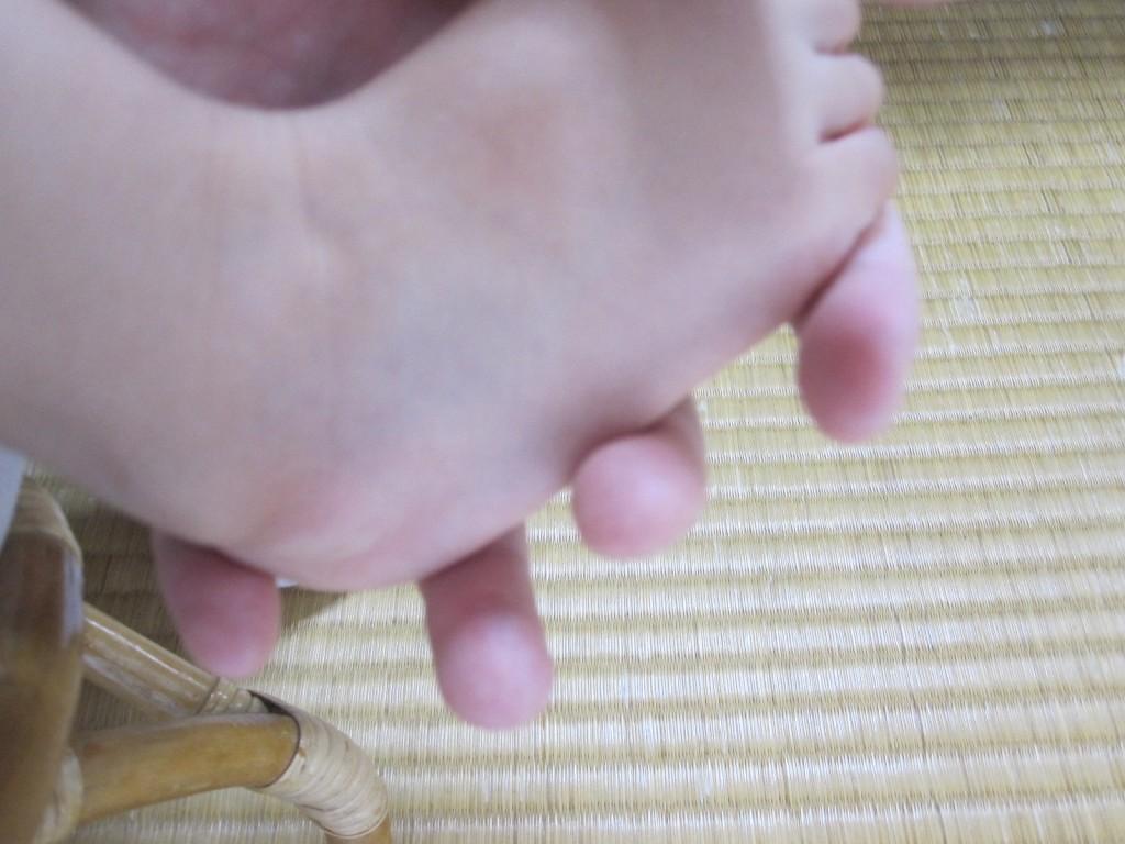 足が痒いと訴える2歳児