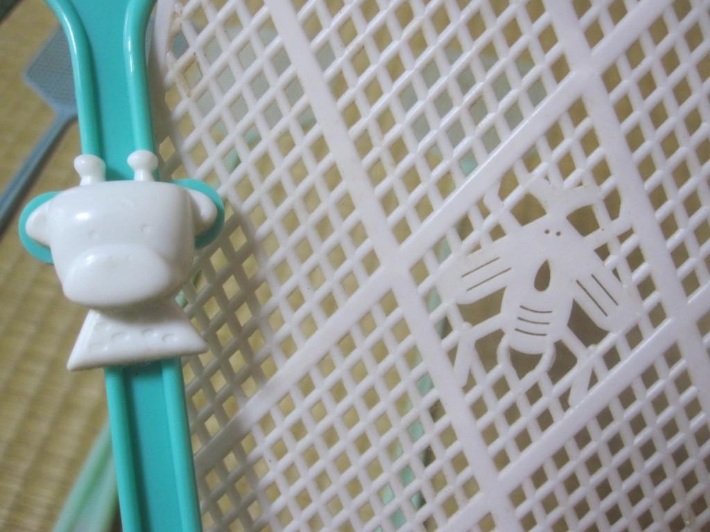 動物キャラの装飾とハエの形の装飾