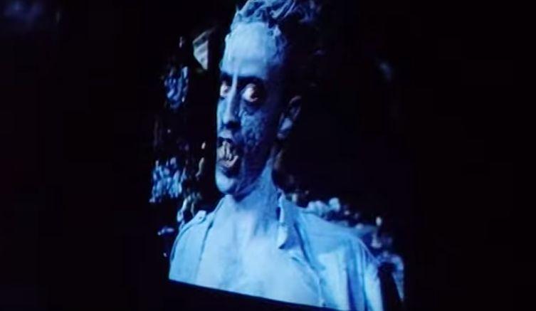テレビ画面の中の悪魔デモンズがサリーを見つめる