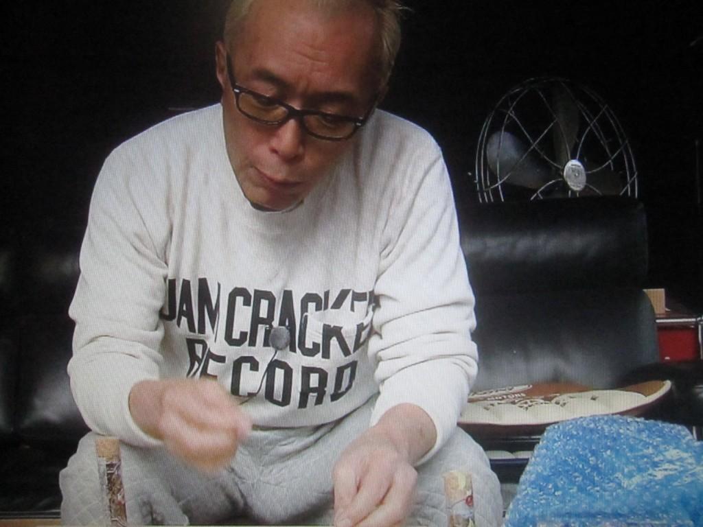 フランスで養殖された食用ミールワームを食べる所ジョージ