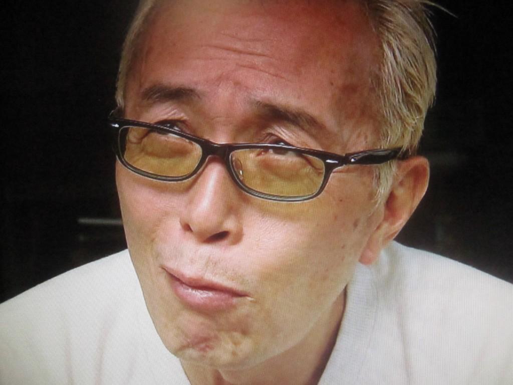 ムシャムシャとフランスで養殖された食用ミールワームを食べる所ジョージ