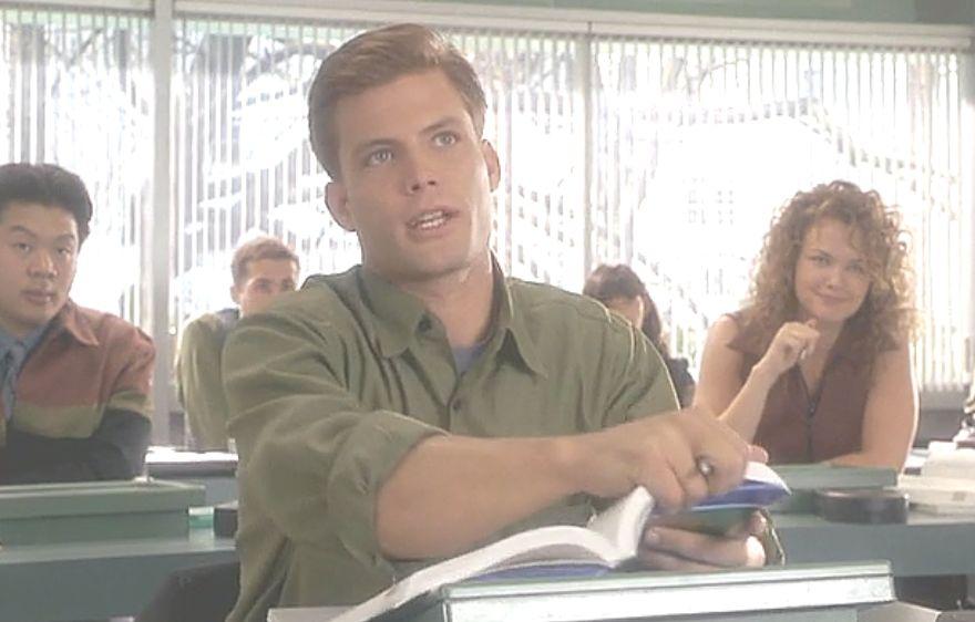 高校で授業を受ける主人公ジョニー・リコ