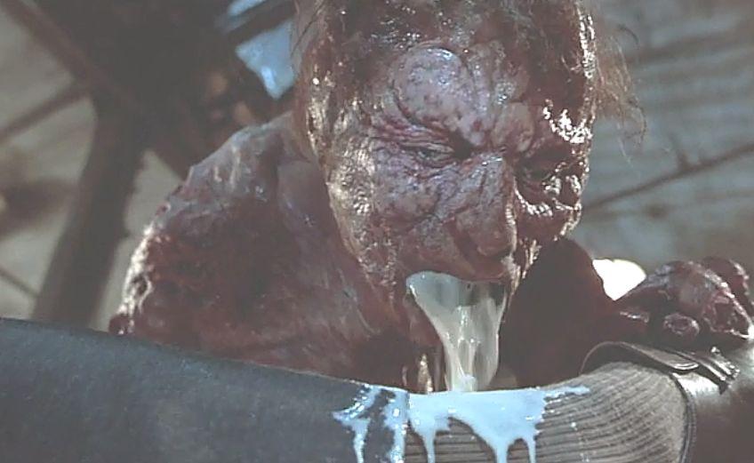 人間の足へ口から消化液を吐き出し肉も骨も溶かす!