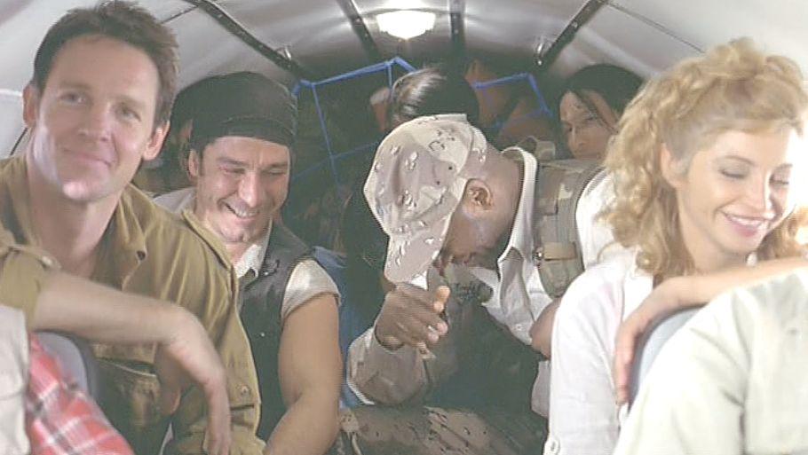 機内は遠足ムードのように和気あいあい