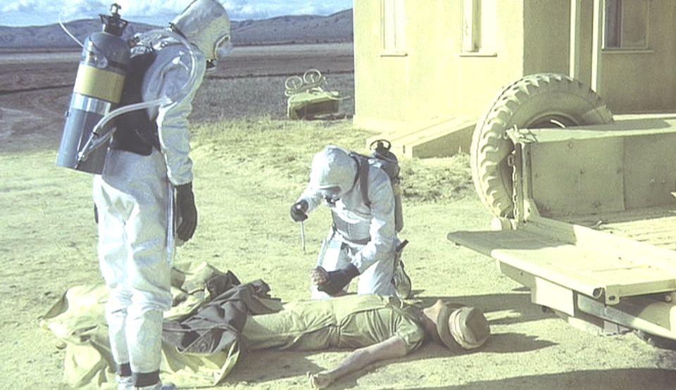 なぜか黄色い粉にまみれた人間の遺体が転がっていた